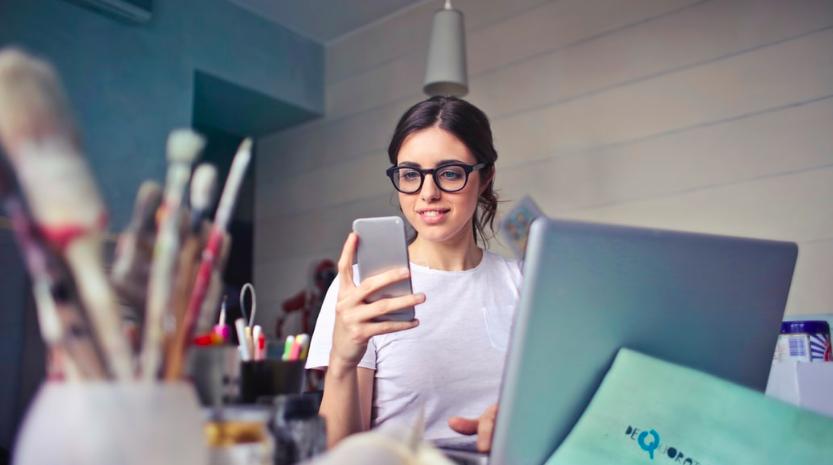 Samozatrudniona kobieta liczy pomoc dla swojej firmy